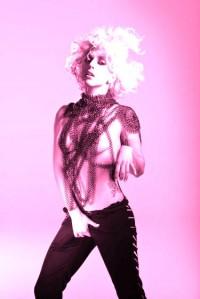 In questa immagine possiamo notare come Lady Gaga cerchi di trattenere la sua creatività